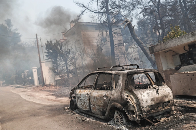 Μάχη με τις εστίες φωτιάς στη Σταμάτα! Κάηκαν 20 σπίτια – Καταγγελίες για γκαζάκια που «έσκασαν» (video)