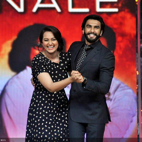 Lootera pair, Sonakshi Sinha and Ranveer Singh dance during the grand finale of the cookery show Master Chef Season 3, held in Mumbai. (Pic: Viral Bhayani)