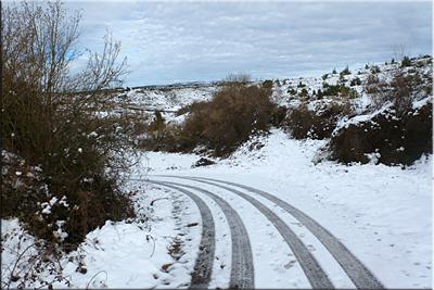 Dejamos la pista asfaltada y seguimos de frente por el camino herboso (hoy con nieve)