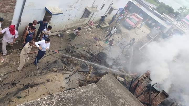 रामगढ़वा बाजार में अचानक घरों में आग लगने से लाखों की संपत्ति जल कर हुई राख,एक महिला आग की चपेट में घायल