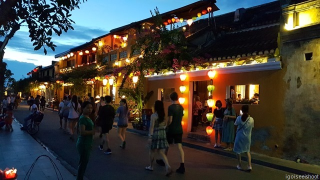 Hoi An with the restaurants by the river