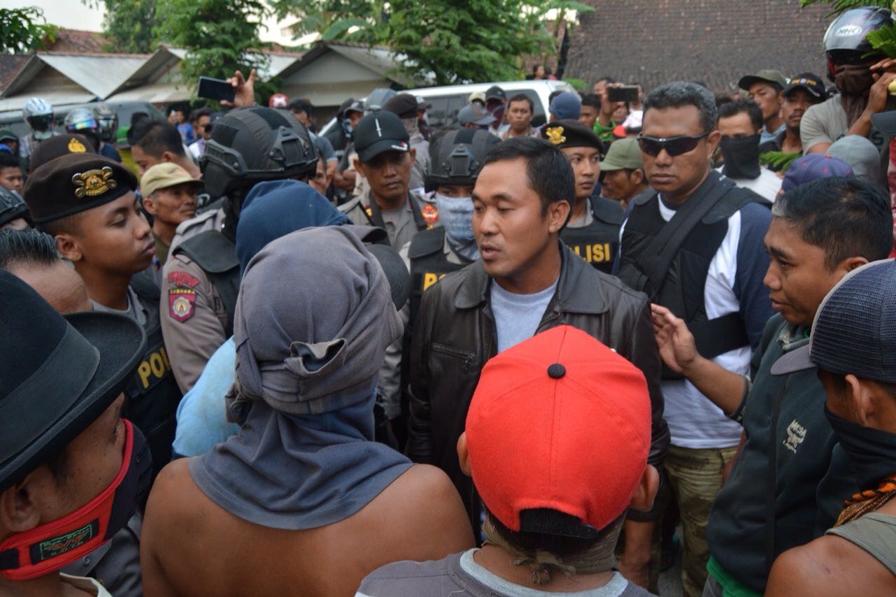 Caption : AKBP Saptono, ketika berdialog dengan warga yang menuntut tersangka Wartono dibebaskan