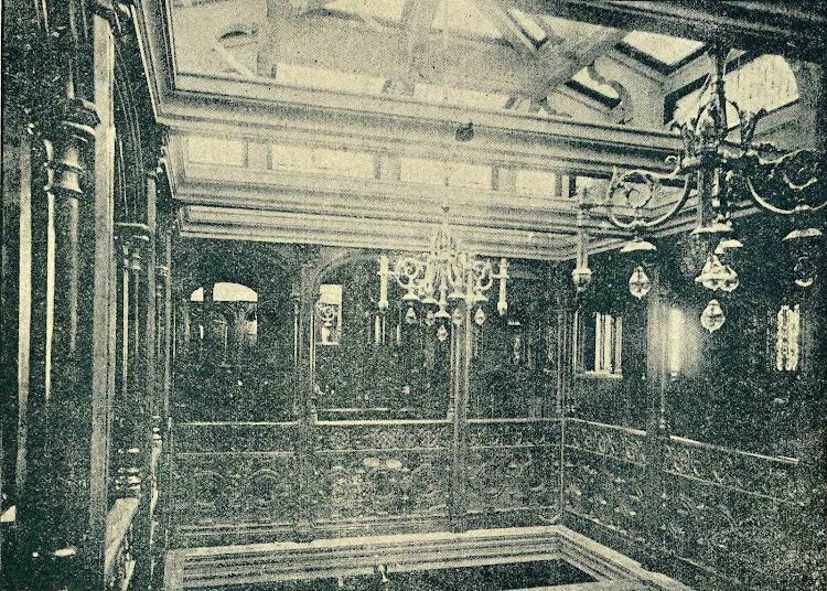 Patio y lumbrera del Salón de Música. Vapor ISLA DE MINDANAO. REVISTA DE NAVEGACION Y COMERCIO. Año 1894.jpg