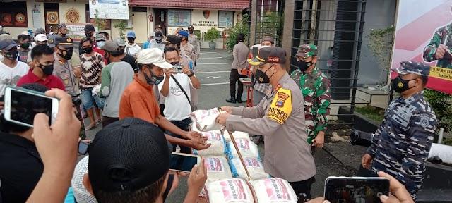 Warga Kurang Mampu di Kotabaru Dapat Beras dari TNI Polri