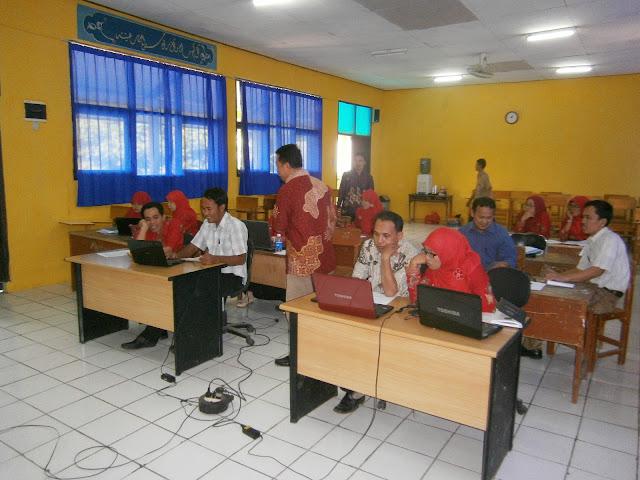 Saat peserta pelatihan penyusunan RKM menyimak materi tentang RKM