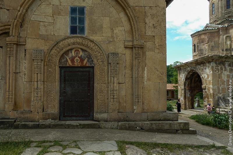 Фото одного из боковых входов в монастырь
