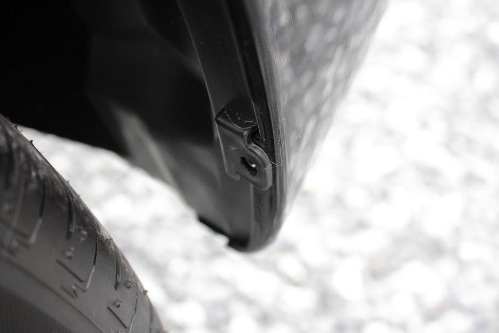 タントXターボSA[DBA-LA600S]の後輪のカバーのクリップを外したところ