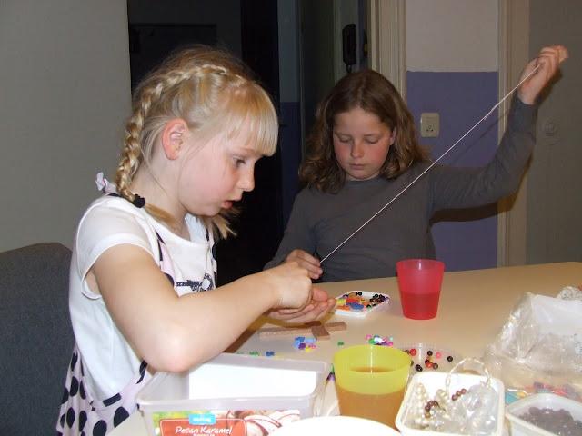 Kinderen van de kinderkerkclub maken een rozenkrans - DSCF5710.JPG