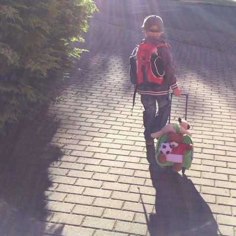 Kind mit Koffer
