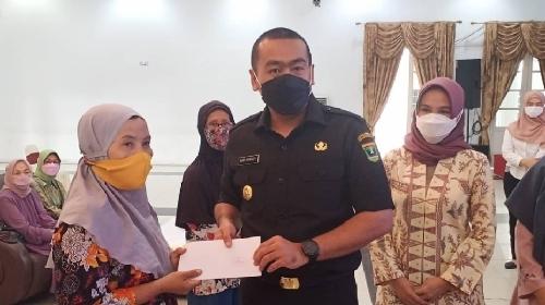 Wagub Sumbar Apresiasi BKOW Berbagi, Salurkan100 Paket Sembako