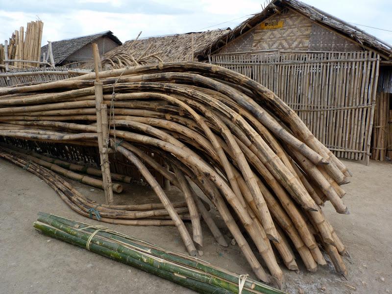 Bantayan. bambous ployés pour les bras des bankas