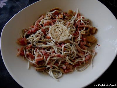 Ensalada de gulas, champiñones y queso de cabra