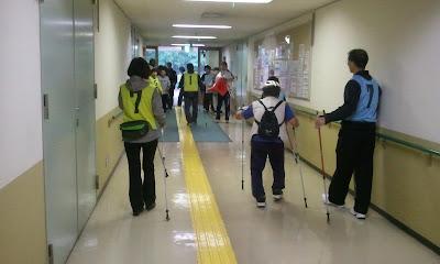 廊下で歩き方の練習