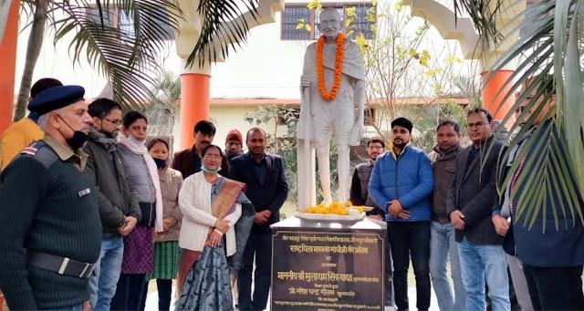 महात्मा गांधी को कुलपति ने अर्पित किया श्रद्धा सुमन