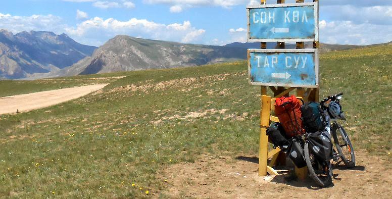 Hinweis-Schilder auf dem Korgo-Pass (3013 m) Richtung Song Köl (Соң Көл, Сон Кул) und Tar Suu (Тар Суу)