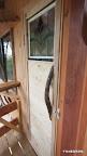 そしてやっと玄関ドア。いつものリョウブの取っ手は千年の森のおきまりだ。上のステンドグラスは、オーナー家族の奥さんが選んだ。