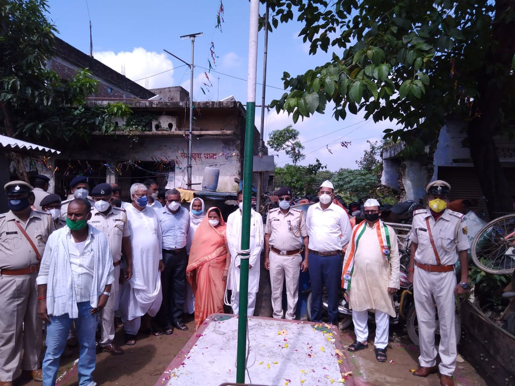 रामगढ़वा प्रखंड के विभिन्न कार्यालयों पर प्रशासन व कार्यकर्ताओं ने किया झंडोत्तोलन