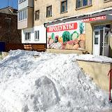 """""""Стеклянный"""" магазин (давно уже не стеклянный) сделал вот такую снежную горку."""