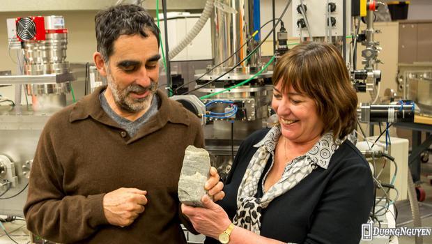 Giáo sư Allen Nutman (bên trái) và bà Vickie Bennet với mẫu vật hóa thạch 3,7 tỷ năm tuổi.