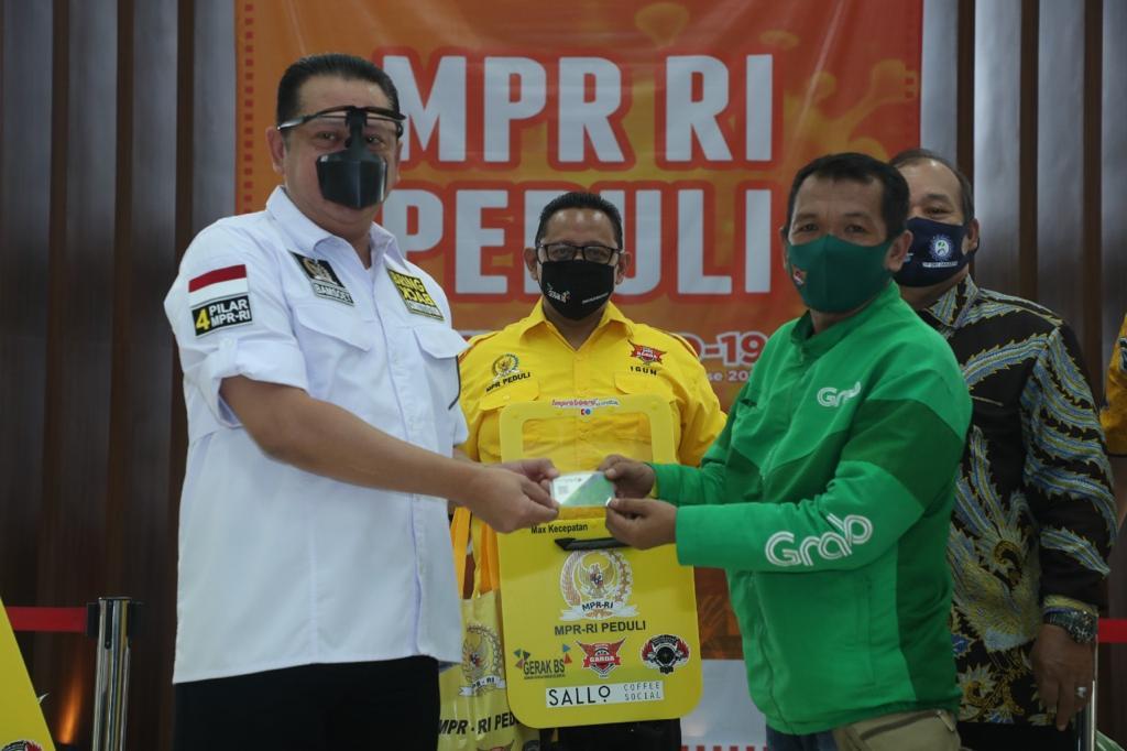 MPR PEDULI, Bamsoet dan Gerak BS Bagikan Asurasi, Partisi Portable dan Paket Sembako Ke Pengemudi Ojol