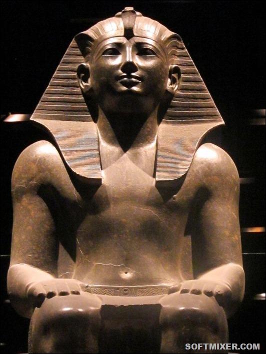 800px-Statua_Faraone_%28_Torino_Museo_Egizio%29_3