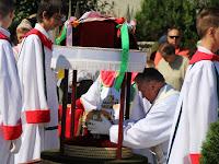 08 A plébános elhelyezi a Szent Korona hitelesített másolatát.JPG