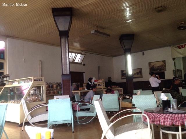maniak-makan-ice-cream-toko-oen-kota-malang-interior-restaurant