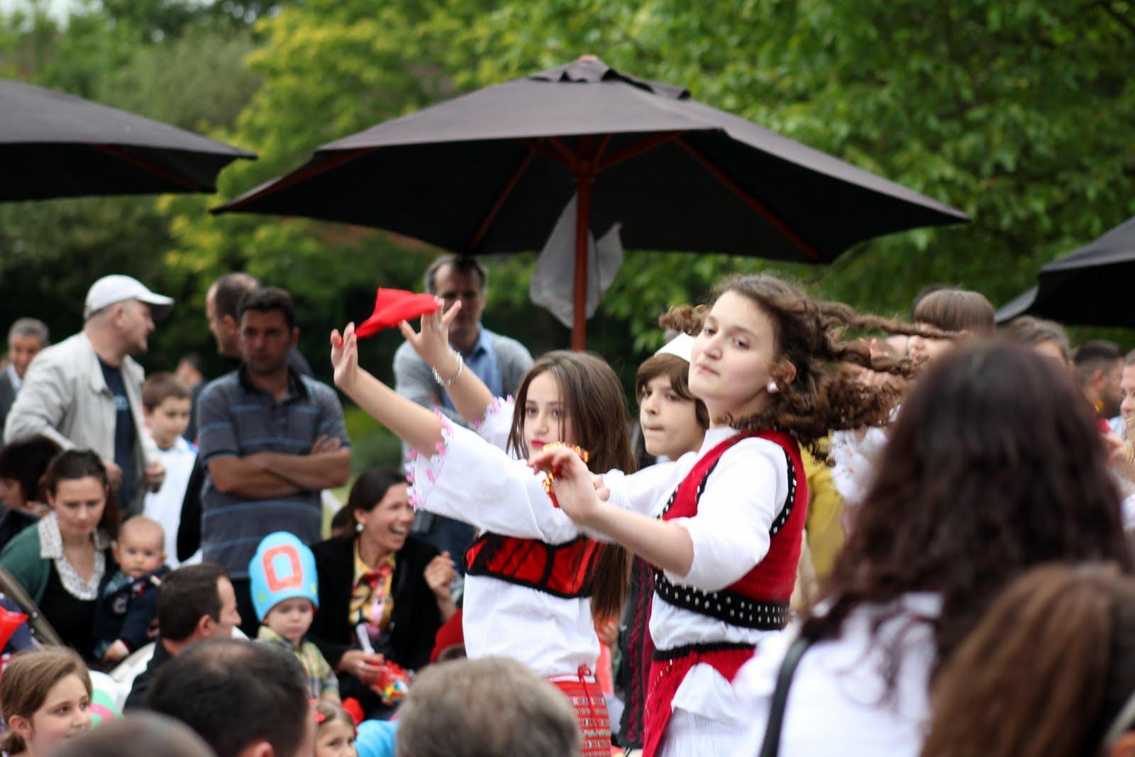 """Organizatat e Forumit ne Golders Green Park ora 12-00 ditën e djel. Muzike live nga Grupi """"Triola"""" programe nga shkollat shqipe, projekte, talente, këngetarë, muzikantë, vallëtarë, recitues."""