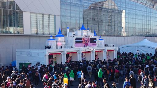 [写真]Cygamesによる巨大な「フラスタ」、通称「課金城」