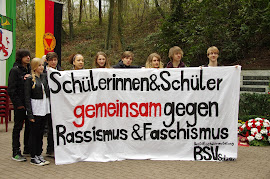 Jugendliche mit Tranparent: »Schülerinnen & Schüler gemeinsam gegen Rassismus & Faschismus«.
