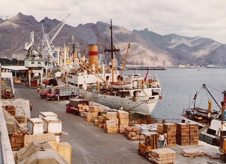 10- Santa Cruz de Tenerife. Penultimo viaje del buque CIUDAD DE ALCIRA después de una larga vida en el mar. Carga de cajas de plátanos en sus bodegas. Foto personal del Sr. Francisco J. Lamelas.jpg