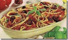 Spaghetti al pomodoro con olive e basilico