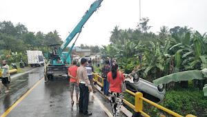 Satlantas Wajo Evakuasi Mobil Terjun Ke Sungai