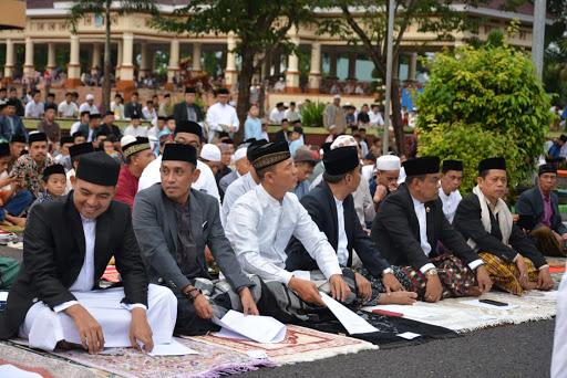 Bupati Bone dan Danrem 141/Tp Shalat Ied  di Lapangan Merdeka Watampone