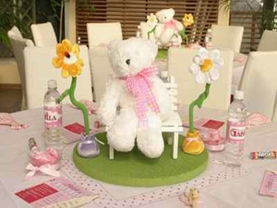 Flores y peluches para decorar una fiesta de pañales