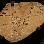 Egypte, Coptos - Relief à tête d'Osiris, maître de la crue, coiffé de la couronne-atef ceinte d'uraeus (grès, époque ptolémaïque, milieu du Ier siècle av. J.-C.)