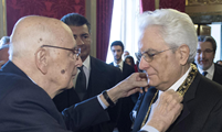 Mattarella riceve onorificenza da Napolitano Cavaliere di Gran Croce decorato di Gran Cordone dell'OMRI dal Presidente Emerito Giorgio Napolitano, durante la cerimonia di insediamento al Palazzo del Quirinale, 3 febbraio 2015. Italian President Sergio Mattarella (r) receives an honour of Knight's Big Cross from former president Giorgio Napolitano at Quirinale Palace during the installation ceremony, Rome, 03 February 2015. ANSA / Paolo Giandotti - Ufficio Stampa Presidenza Repubblica - Quirinale Press Office +++ANSA PROVIDES ACCESS TO THIS HANDOUT PHOTO TO BE USED SOLELY TO ILLUSTRATE NEWS REPORTING OR COMMENTARY ON THE FACTS OR EVENTS DEPICTED IN THIS IMAGE; NO ARCHIVING; NO LICENSING+++