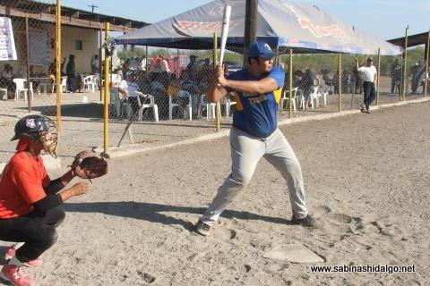 Enrique Domínguez bateando por la Normal en el torneo de softbol del Club Sertoma