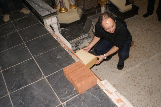 Inmetselen loden kistje in St. Agathakerk (afronding restauratie) - DSC06435.JPG