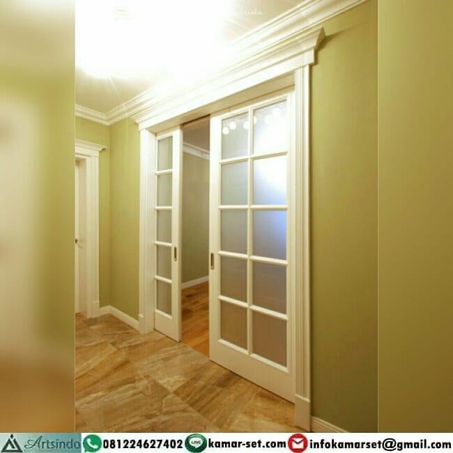 pintu geser warna putih ruang tamu