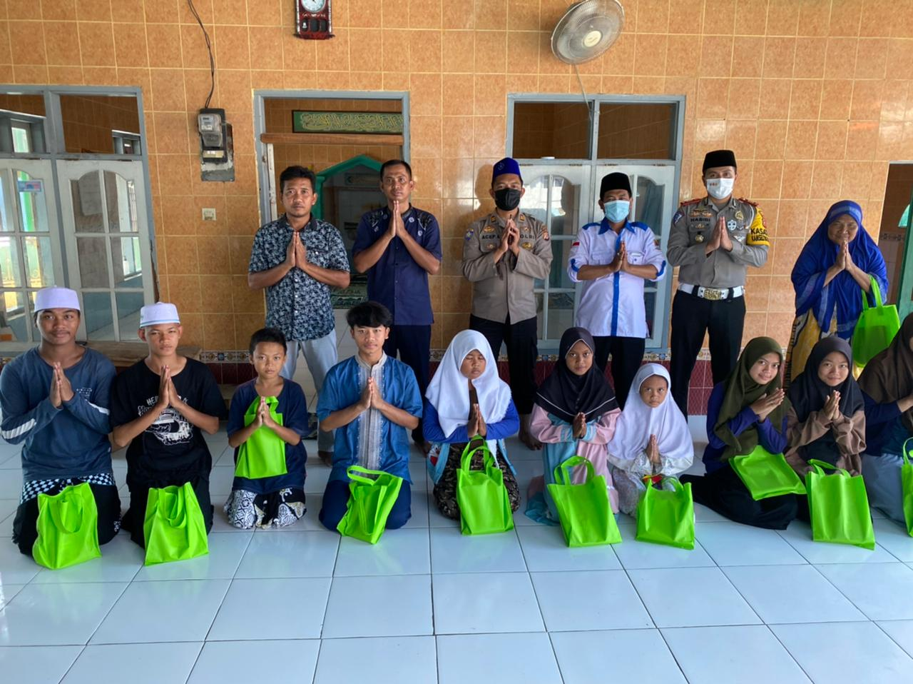Kasat Lantas Polres Ciko, Berikan Bantuan Al- Qur'an di Musholla Nurul Hidayah