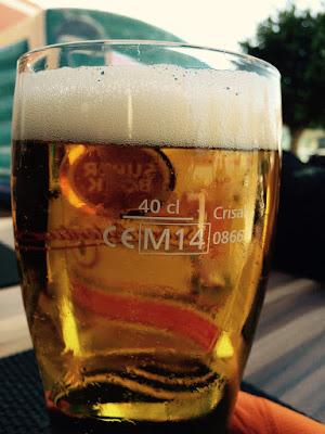Et ølglass med øl godt over 40 centiliter streken.