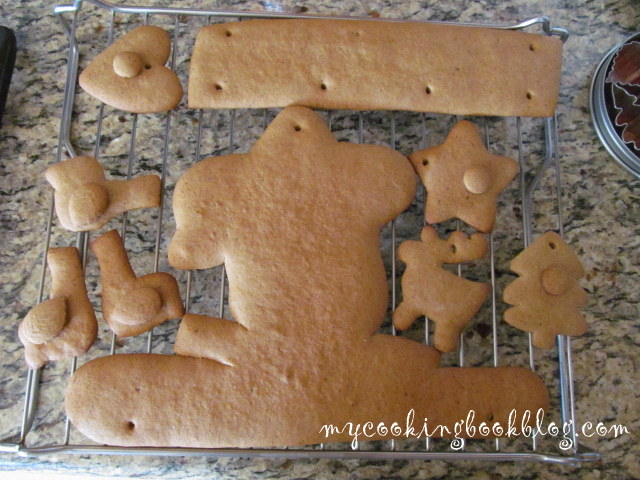 Декорация от джинджифилови бисквити и мечета с бадемче