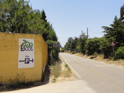 Et skilt ved en vei som sier at det 50 meter igjen til Zoo de Lagos.