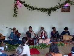 Sadhu Maharaja singing with the Kirtaniyas
