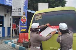 Satlantas Polres Pasuruan Kota Pasang Stiker ' Ayo Pakai Masker ' Pada MPU Dan Mobil Box