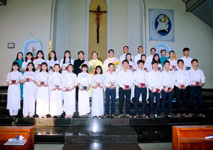 Hình ảnh thánh lễ và nghi thức lên đường của các em lớp vào đời 3 tại Giáo xứ Phú Phong