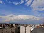 Aktuell das #Gewitter zwischen Retz und MIstelbach von Favoriten aus gesehen mit einem gut ausgeprägten Eisschirm. Die Böen nehmen hier inzwischen weiter zu und erreichen bereits 35 km/h. Temperatur noch bei 24.2°C. #Wetter  #Wien #Wetterwerte