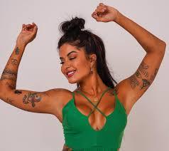 Aline Riscado posa decotadíssima e exibe tatuagens