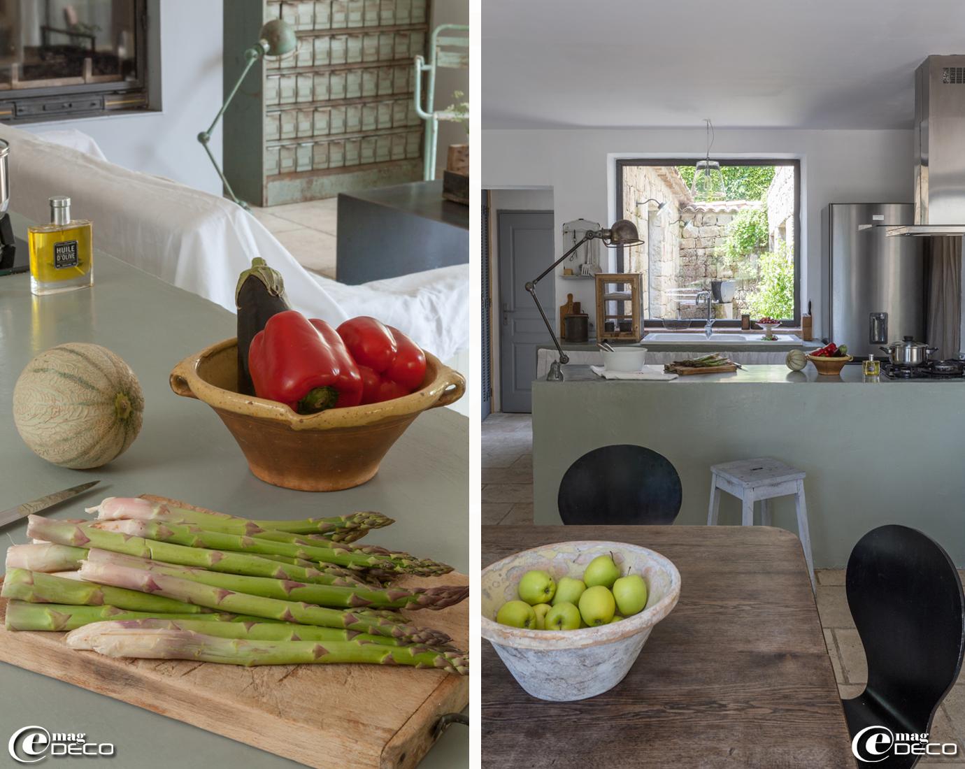 Plan de cuisine entièrement recouvert d'enduit ciré, éclairé par une lampe d'atelier Jieldé